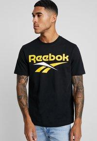 Reebok Classic - VECTOR TEE PRINT - Print T-shirt - black/toxic yellow - 0