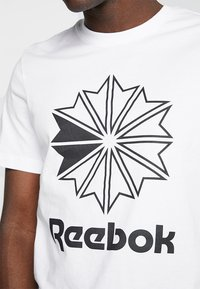 Reebok Classic - BIG LOGO TEE - Print T-shirt - white - 4
