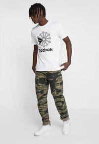 Reebok Classic - BIG LOGO TEE - Print T-shirt - white - 1
