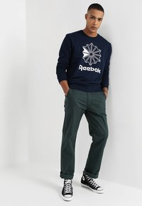 Reebok Classic - BIG STARCREST CREW - Sweatshirt - conavy/white - 1