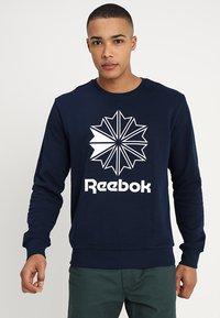 Reebok Classic - BIG STARCREST CREW - Sweatshirt - conavy/white - 0