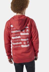 Reebok Classic - CLASSICS INTERNATIONAL GRAPHIC HOODIE - Huvtröja med dragkedja - red/white - 2