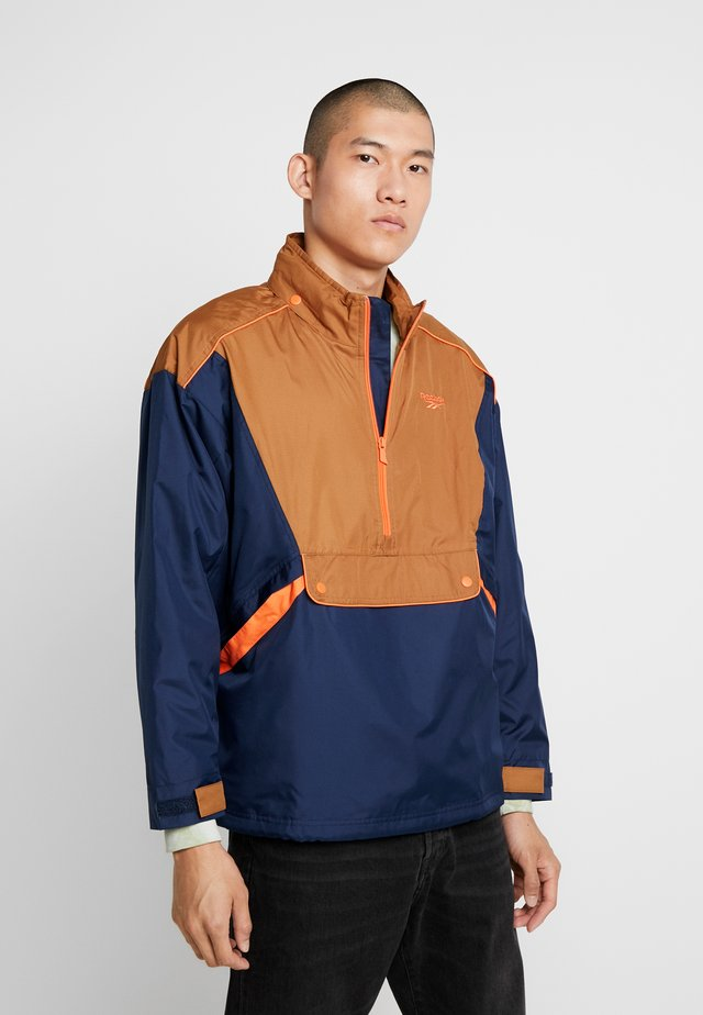 TRAIL JACKET - Wiatrówka - collegiate navy/wild brown