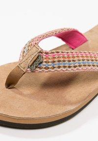 Reef - GYPSYLOVE - Sandály s odděleným palcem - pink - 2