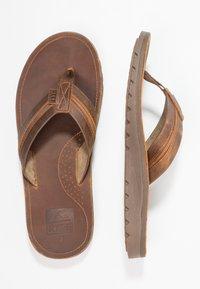 Reef - VOYAGE LUX - Sandály s odděleným palcem - brown - 1