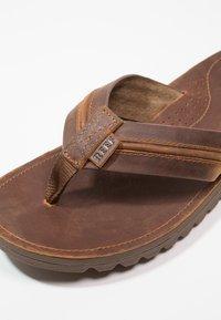 Reef - VOYAGE LUX - Sandály s odděleným palcem - brown - 5