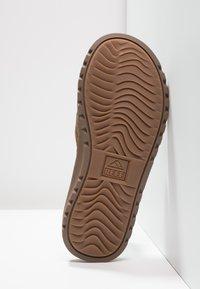 Reef - VOYAGE LUX - Sandály s odděleným palcem - brown - 4