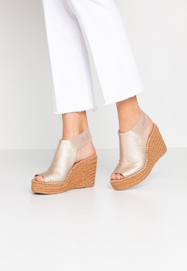 TYNE - Sandaler med høye hæler - platin