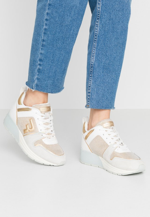 PLUGIN - Sneakersy niskie - platinum