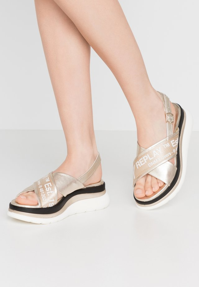 AUDRI - Sandały na platformie - platinum