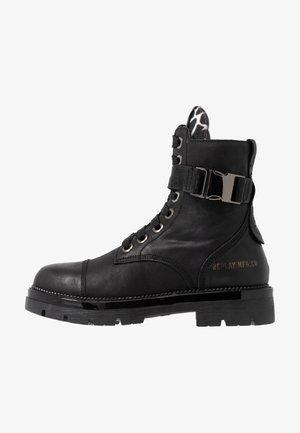 CORINNA - Botines con plataforma - black