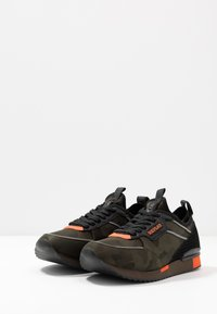 Replay - STONEWALL - Trainers - military green/orange - 2