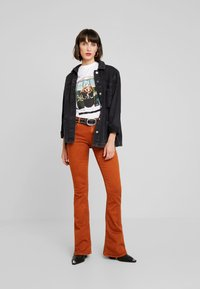 Replay - STELLA FLARE - Bootcut jeans - caramel - 1