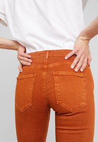 Replay - STELLA FLARE - Bootcut jeans - caramel - 6