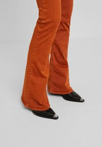 Replay - STELLA FLARE - Bootcut jeans - caramel - 4