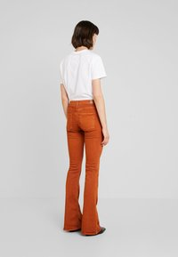 Replay - STELLA FLARE - Bootcut jeans - caramel - 2