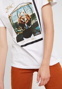 Replay - 2PAC TEE - T-shirt z nadrukiem - white - 5