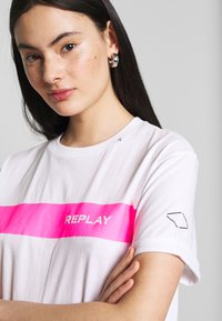 Replay - T-shirt con stampa - white - 4