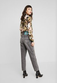 Replay - TYNA - Jeans Relaxed Fit - darkgrey - 2