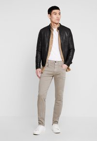 Replay - ANBASS HYPERFLEX - Jeans Slim Fit - sand - 1
