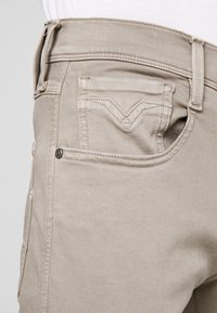Replay - ANBASS HYPERFLEX - Jeans Slim Fit - sand - 3
