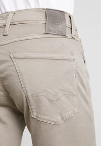 Replay - ANBASS HYPERFLEX - Jeans Slim Fit - sand - 5