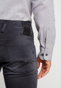 Replay - ANBASS HYPERFLEX - Slim fit jeans - medium grey - 3