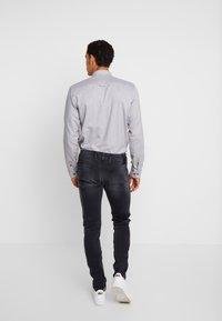 Replay - ANBASS HYPERFLEX - Slim fit jeans - medium grey - 2