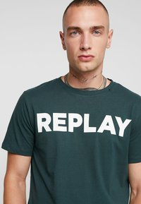 Replay - T-shirt con stampa - dark green - 4