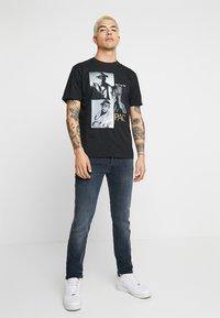 Replay - 2 PAC TEE - T-shirts med print - black - 1