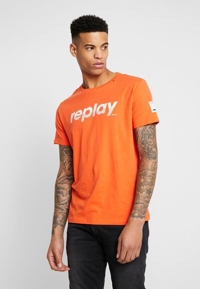 T-shirt con stampa - papaya orange