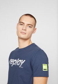 Replay - T-shirt con stampa - night blue - 4
