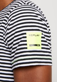 Replay - T-shirt con stampa - natural/black - 5