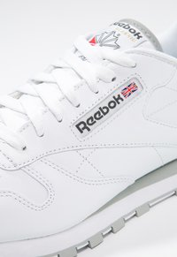 Reebok Classic - CLASSIC LEATHER LOW-CUT DESIGN SHOES - Trainers - white/light grey - 5