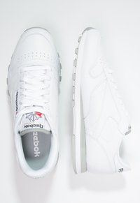 Reebok Classic - CLASSIC LEATHER LOW-CUT DESIGN SHOES - Trainers - white/light grey - 1