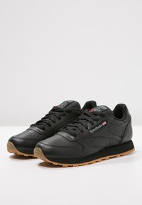 Reebok Classic - CLASSIC LEATHER LOW-CUT DESIGN SHOES - Trainers - black - 2