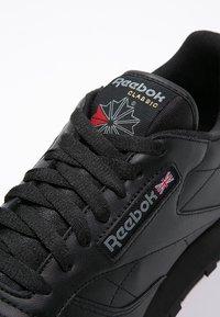 Reebok Classic - CLASSIC LEATHER LOW-CUT DESIGN SHOES - Baskets basses - black - 5