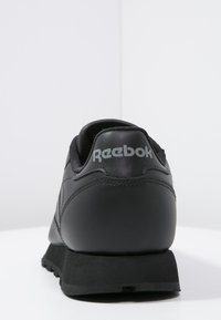 Reebok Classic - CLASSIC LEATHER LOW-CUT DESIGN SHOES - Trainers - black - 3