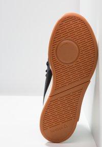 Reebok - GURESU 2.0 - Sportovní boty - black/chalk/gold - 4