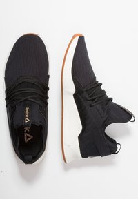 Reebok - GURESU 2.0 - Sportovní boty - black/chalk/gold - 1