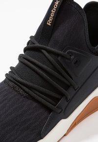 Reebok - GURESU 2.0 - Sportovní boty - black/chalk/gold - 5