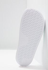 Reebok - FULGERE SLIDE - Pool slides - white/skull grey - 4