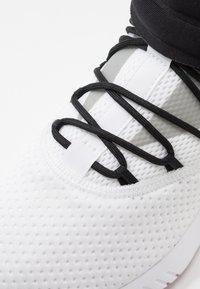Reebok - FREESTYLE MOTION TRAINING SHOES - Chaussures d'entraînement et de fitness - white/black/rebred - 5