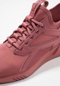 Reebok - FREESTYLE MOTION - Chaussures de running neutres - rose dust - 5