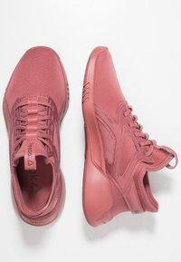 Reebok - FREESTYLE MOTION - Chaussures de running neutres - rose dust - 1