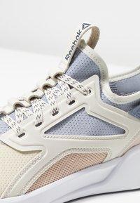 Reebok - FREESTYLE MOTION - Neutrální běžecké boty - alabaster/denimdust - 5