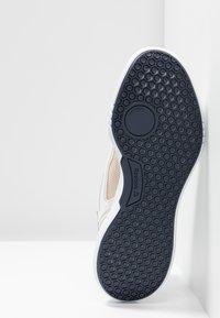 Reebok - FREESTYLE MOTION - Neutrální běžecké boty - alabaster/denimdust - 4
