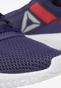 Reebok - REEBOK FLEXAGON ENERGY SHOES - Stabilní běžecké boty - purple/pink/white - 7