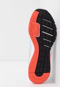Reebok - RUNNER 4.0 - Neutrální běžecké boty - glass blue/vivid orange/cool grey - 4