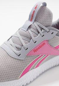 Reebok - FLEXAGON ENERGY TR 2.0 - Zapatillas de entrenamiento - cold shade/cold grey/posh pink - 5